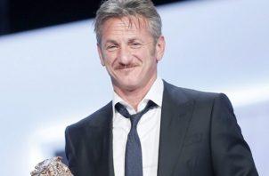 Sean Penn recibiendo uno de los múltiples galardones obtenidos en su etapa profesional como actor y director. Foto: EFE