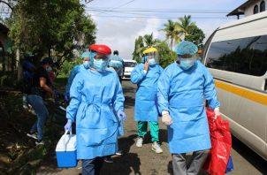 Equipos de respuesta rápida del Minsa siguen visitando casa por casa para hacer pruebas de COVID-19.