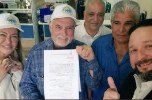 Ricardo Martinelli (centro), quien encabeza este movimiento político junto a otros miembros que apoyan está iniciativa. Archivo