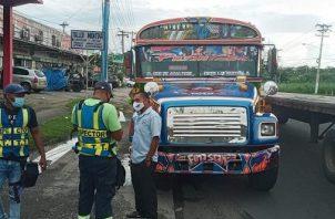 Un bus totalmente lleno, fue detenido por los inspectores de la ATTT..