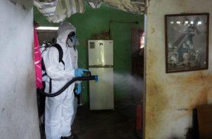 Los equipos desinfectaron paredes, ventanas, pisos y muebles, así como áreas de uso común. Fotos: Mayra Madrid.