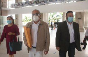 Luis Eduado Camacho, junto a miembros del partido en formación Realizando Metas. Víctor Arosemena