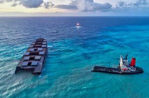 En un dispositivo que empezó el pasado día 19, dos barcos arrastraron la proa del granelero japonés MV Wakashio, de bandera panameña, unos 15 kilómetros mar adentro y desde este lunes reposa a unos 3.180 metros de profundidad en el Índico, precisó el Comité Nacional de Crisis de Mauricio.