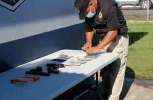 Durante el operativo incautaron varias armas y dinero en efectivo.