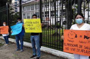 Médicos protestaron para exigir el pago de sus quincenas.