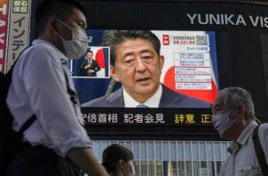 Shinzo Abe al hablar en rueda de prensa en la sede de la Jefatura de Gobierno en Tokio. Fotos: EFE.