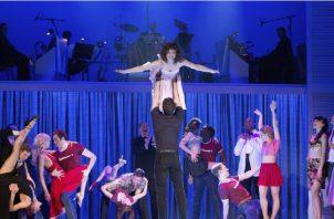 """La actriz alemana Anna-Louise Weihrauch (arriba) como Baby y el actor húngaro Mate Gyenei (abajo) durante un ensayo del musical """"Dirty Dancing"""" en Berlín. EFE"""