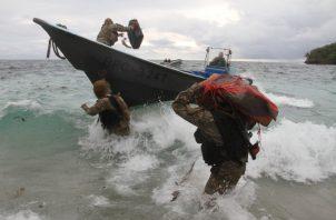 Otras de las operaciones se dieron hacia el sector de Panamá Este en el Río Coquira donde las unidades aeronavales inspeccionaron una lancha artesanal y encontraron cinco paquetes con posible sustancia ilícita.