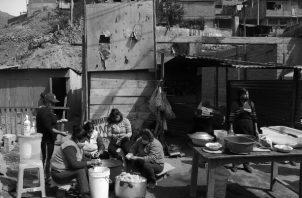 He visto cientos de hogares en los que una vieja lata hace las veces de una olla; la estufa es un fogón ennegrecido. Foto: EFE.