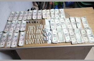 Decomisaron 46 carrizos plásticos transparentes con polvo blanco que se presume sea la droga conocida como cocaína, 15 envoltorios de papel con hierba seca que se presume sea la droga conocida como marihuana y $190.00.