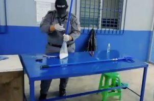 Personal custodio del centro penitenciario de la provincia de Chiriquí realiza la inspección.