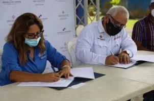 Flor Torrijos, administradora de la ARAP y Miguel Jaén, Superintendente de Asuntos Comunitarios de Minera Panamá, en la firma del acuerdo