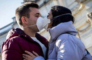 La jefa de la Salud Pública de Canadá recomienda evitar los besos y que se utilice mascarilla.