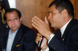 """""""Lo único que hacen (con la sentencia) es aumentar el apoyo popular"""", escribió en redes desde Bélgica, Rafael Correa (D). Foto: Archivo."""