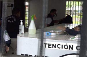 A su llegada a la sede de la estación policial de menores una gran cantidad de unidades policiales y miembros de la DIJ cubrieron a este menor y de forma muy rápida fue introducido hasta una celda que mantienen dentro de la misma.
