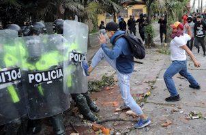 """""""Denunciamos que Fabián Silvano Peña Rodríguez fue herido en la cabeza al parecer por un disparo de la Fuerza Pública mientras se manifestaba de manera pacífica en inmediaciones del CAI el Tintal. Exigimos respuesta urgente de la Alcaldía de Bogota y la Policía""""."""