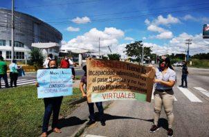 Los instructores cerraron uno de los paños en la vía Tocumen por espacio de 15 minutos y también protestaron afuera de las instalaciones del Inadeh.