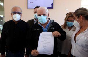 Martinelli muestra la notificación que le entregó ayer el Tribunal Electoral. Víctor Arosemena.
