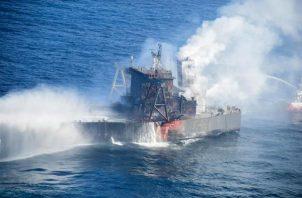 """El petrolero """"New Diamond"""", que transportaba unos 2.7 millones de toneladas de crudo cerca de la costa oriental de Sri Lanka, se incendió el pasado 3 de septiembre. FOTO/EFE"""
