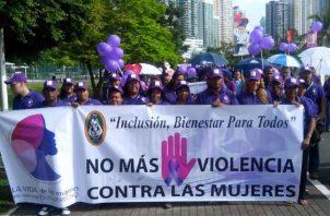 Los expositores nacionales e internacionales aportaron sus conocimientos sobre los riesgos físicos, psicológicos y mortales que actualmente viven las mujeres en Latinoamérica.