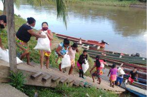 Las Werârâ (mujeres) de Unión Chocó descargando las bolsas de la piragua. Fotos: Cortesía.