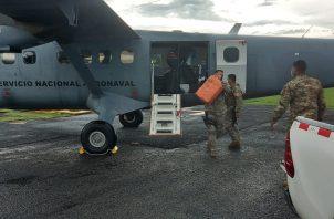 La droga incautada fue trasladada desde Isla Colón en Bocas del Toro, vía aérea hasta la base del Senan en la provincia de Veraguas, dónde unidades de esa entidad procedieron a su conteo y custodia que culminó pasadas las 9:00 de la noche del martes.
