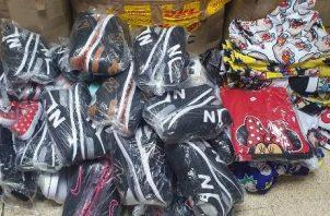 Zapatillas y mercancía variada fue decomisada por las autoridades de aduanas