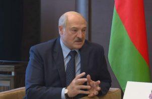 Lukashenko dijo que ha pedido a Vladímir Putin algunos tipos de armas. Fotos: EFE.