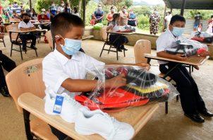 Los niños estaban felices con los kits escolares.