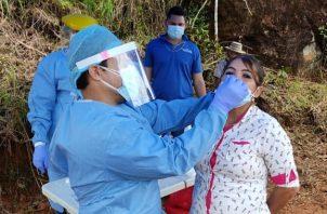 Los equipos de Trazabilidad y de Respuesta Rápida de Las Minas estuvieron en la comunidad Río Negro. Foto cortesía Minsa