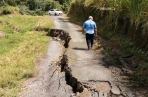 Las rajaduras y hundimientos de la carretera tiene preocupada a los residentes. Fotos: José Vásquez.