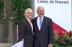 Jorge Luis Quijano, exadministrador de la ACP, junto a Ricauter Vásquez, actual administrador del Canal de Panamá.