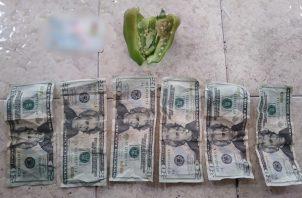 La mujer colocó dentro del ají seis billetes de 20 dólares.