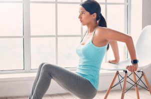Pueden  usar una silla que sea fuerte es excelente para fondos de tríceps e incluso para flexiones modificadas. EFE