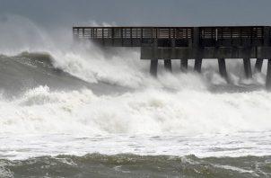 Los meteorólogos señalaron que el huracán pasará por el este de Bermudas este lunes y que se irá debilitando un poco.