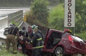 Los bomberos llegaron al lugar para ayudar a las personas que estaban atrapadas entre el vehículo y el barandal.