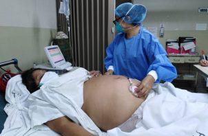 Las embarazadas no deben bajar la guardia ante la COVID-19.
