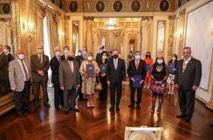 El mandatario Laurentino Cortizo posa con los miembros de la Comisión del Bicentenario en el Salón Amarillo del Palacio Presidencial. Foto cortesía Presidencia