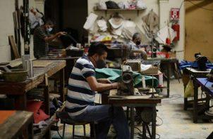 El desempleo se va a seguir dando porque hay empresas que no van a abrir. EFE