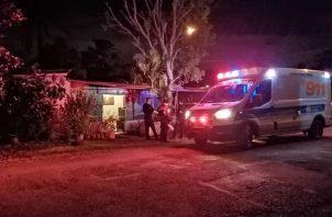 """Paramédicos del SUME 911 que acudieron al sitio, corroboraron el fallecimiento de """"El Chavo"""". Fotos: Eric A. Montenegro."""
