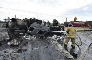 Fallecieron el chofer de la pipa, el chofer de otro vehículo y dos personas que estaban en el lugar. Fotos: EFE.
