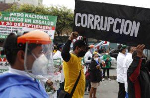 Médicos de la seguridad social peruana efectúan una quema en una calle de Lima exigiendo mejoras salariales y sanitarias. Fotos: EFE.