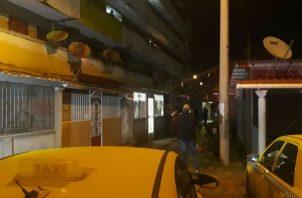 La Policía Nacional acordonó todo el perímetro para iniciar las investigaciones de este homicidio. Foto: Diómedes Sánchez.