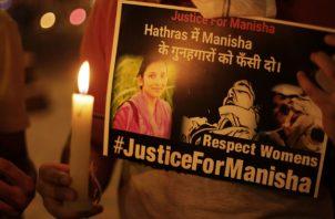 """Activistas protestan en Bhopal, India, por la múltiple violación de la joven miembro de la comunidad """"intocable"""" o dalit. Foto: EFE."""