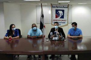 El gerente general del BHN, Gean Marc Córdoba, se reunió con los diputados Zulay Rodríguez, Raúl Pineda y Juan Diego Vásquez.