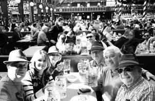 Un brindis junto a un grupo de amigos en la carpa VIP dentro de Oktoberfest. Foto: Cortesía del autor.
