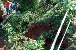 El derrumbe dejó también expuestas la tubería de agua potable. Foto: Diómedes Sánchez.