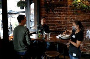 A finales de marzo los restaurantes y bares realizaban entrega de comida para llevar o el envío a domicilio. EFE