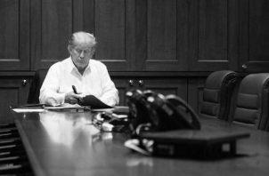 """El presidente Donald Trump trabaja desde la sala de conferencias del Centro Médico Militar Nacional Walter Reed, el 3 de octubre, en Bethesda, Maryland.  Dijo, en un vídeo grabado, que trabaja para """"volver del todo"""". Foto: EFE."""