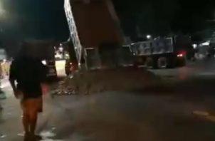Momento en que los manifestantes llegaban con camiones volquetes al área fronteriza para tirar en el área piedras y tierra. Twitter/Tráfico Panamá